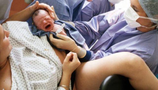 Сколько идет кровь после родов: какая норма длительности, причины патологий