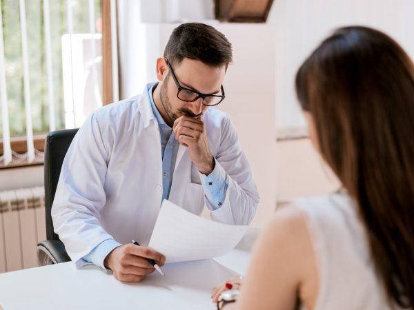 Первая помощь при инсульте: что делать в экстренных случаях и до приезда скорой, терапия в клинике