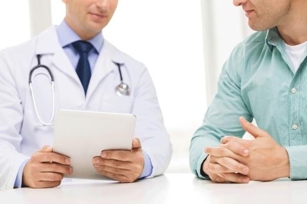 Моча с кровью у мужчин во время мочеиспускания: что это значит, причины и лечение