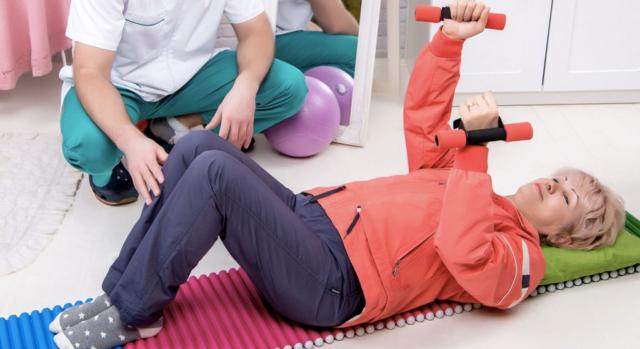 Массаж после инсульта: как правильно делать в домашних условиях, техника выполнения