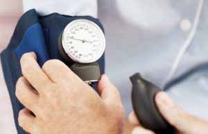Низкое артериальное давление: как его быстро повысить с помощью медикаментозной терапии и народных средств