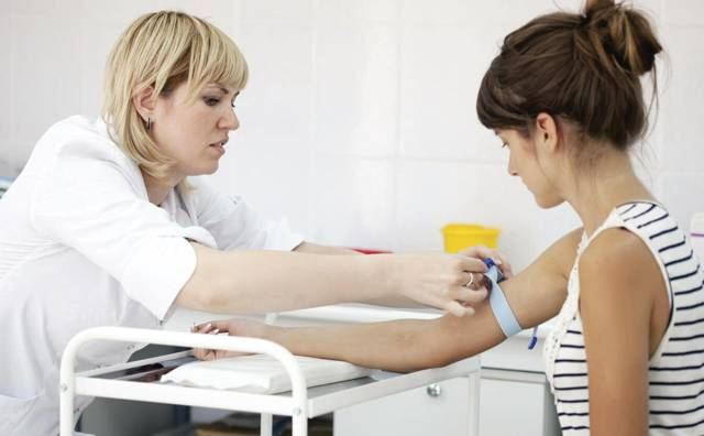 Можно ли сдавать кровь во время месячных: влияние на результат, опасность