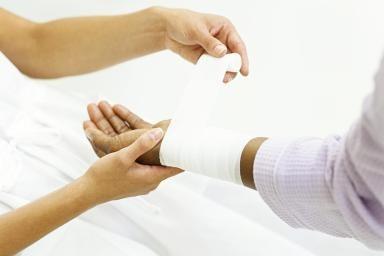 Наложение жгута при кровотечениях: правила, время наложения жгута летом и зимой, особенности и технология